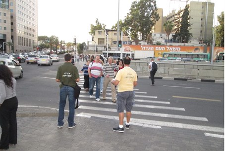 Yad L'achim activists face off against missionaries in central Tel Aviv