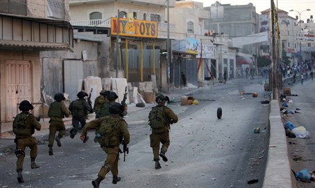 IDF faces Arab riots in Kalandiya (file)