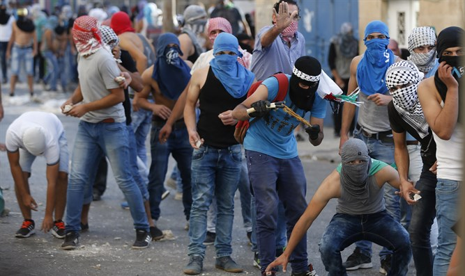 Arab rioters in Issawiya, Jerusalem (archive)