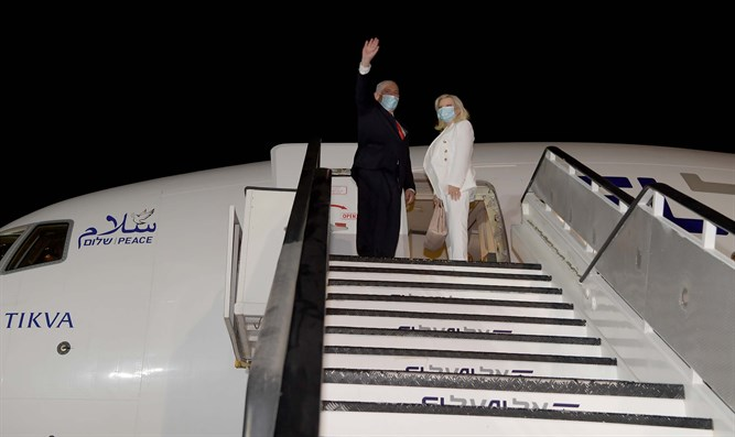 PM Netanyahu and his wife board the plane