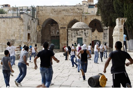 Arab rioters at Temple Mount (file)