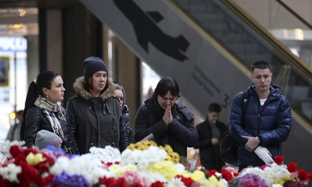 People mourn at memorial for Metrojet Flight 9268