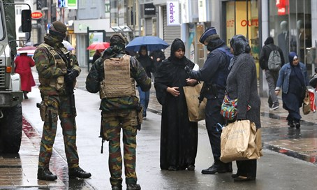 Belgian soldiers and armed police patrol central Brussels (file)