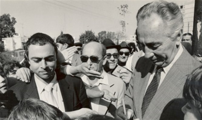 Peres with his security detail