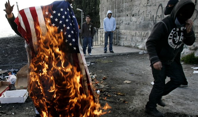 Palestinians burn American flag in Jerusalem (file)