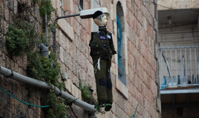 Dummy dressed as soldier hanged in effigy in Meah Sharim