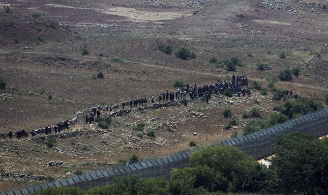 Syrian refugees approaching Israeli border