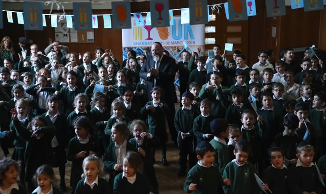 Students sing 'Lecha Dodi' with chief rabbi