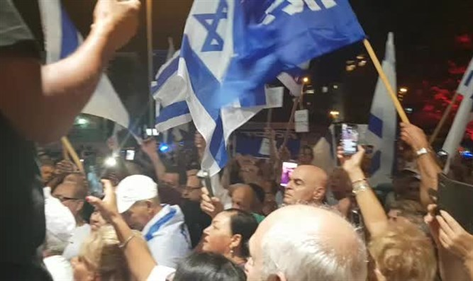 Likud activists protest in Petah Tikva