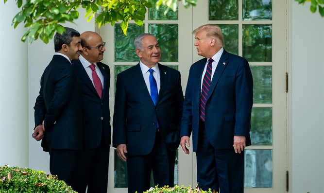 Netanyahu and Trump with UAE and Bahraini foreign ministers