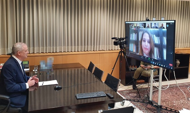 Gantz in teleconference with Arab journalists